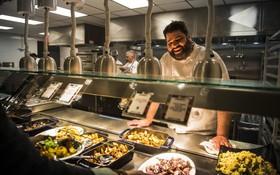 """Xem cách Facebook phục vụ đồ ăn """"đỉnh"""" như nhà hàng thế này, bảo sao nhân viên không chịu ra ngoài cũng dễ hiểu"""