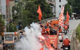 """Nhiều giờ trước khi trận đấu giữa Việt Nam và UAE diễn ra, CĐV đã """"nhuộm đỏ"""" các tuyến đường tiếp lửa cho đội tuyển nước nhà"""