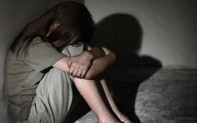 """Giáo sư tâm lý nói về vụ bé gái 13 tuổi nhảy lầu tự tử ở chung cư: """"Tự ý kiểm tra điện thoại là xâm phạm quyền riêng tư của con"""""""