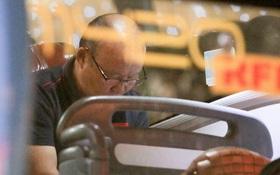 HLV Park Hang-seo trêu đùa chó nghiệp vụ, cầu nguyện trên xe buýt trước trận chung kết SEA Games 30