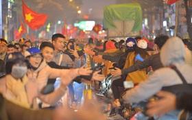 """""""Sóng đỏ"""" cuồn cuộn trên đường phố Hà Nội, lại một đêm người dân không ngủ mừng chiến thắng lịch sử của bóng đá Việt Nam"""