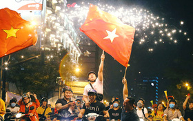 """Bóng đá Việt Nam chính thức thỏa """"cơn khát vàng"""" SEA Games, hàng triệu CĐV vui sướng tột độ đổ ra đường ăn mừng chiến thắng"""