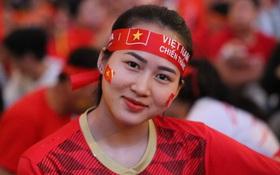"""Không khí cả nước lúc này: Đường phố rộn ràng sắc đỏ, hàng triệu CĐV quyết """"cháy"""" hết mình cổ vũ U22 Việt Nam"""