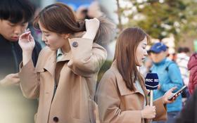 Nữ phóng viên xinh đẹp của đài MBC Hàn Quốc chiếm spotlight khi đưa tin trực tiếp về đoàn thể thao Việt Nam tại sân bay Nội Bài