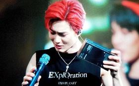 Fan ném thẳng chiếc iPhone 11 Pro còn nguyên seal lên sân khấu cho Suho (EXO), thích thì dùng không thích cũng phải dùng!