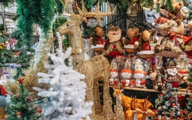 Tuần lộc vàng đính kim sa 3 triệu đồng vẫn hút khách, Hàng Mã trang hoàng trước thềm Giáng Sinh