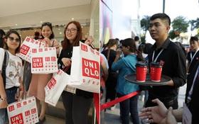 UNIQLO Đồng Khởi khai trương: Nhân viên chuẩn bị cà phê và bánh cho người xếp hàng, khách kéo đến đông nghịt từ sáng sớm