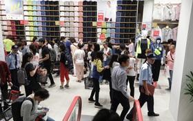 """UNIQLO Đồng Khởi chính thức mở cửa, khách trung niên """"phục kích"""" đông bất ngờ"""