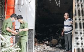 Người cha đứng lặng người trước hiện trường ngôi nhà cháy ở Sài Gòn khi biết 2 con gái và cháu 1 tuổi tử vong