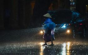 Giữa ban ngày mà Hà Nội bỗng tối đen như mực, người dân phải bật đèn di chuyển trên đường
