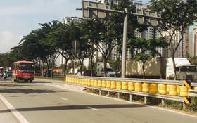 Ảnh, clip: Cận cảnh hộ lan bánh xoay chống lật xe đầu tiên ở Sài Gòn trị giá gần 1 tỉ đồng