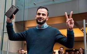 Thanh niên mua iPhone 11 đầu tiên trên thế giới: Xếp hàng suốt từ 3h sáng, mang cả chăn để tiện nằm nghỉ