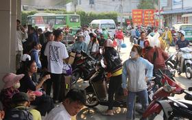 Người dân ùn ùn rời Sài Gòn về miền Tây ăn Tết khiến bến xe chật cứng, nhiều người ngủ gục trước giờ ra xe