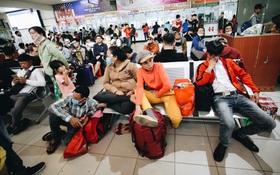 """Khổ như đi xe đò về Tết: Đến bến sớm hơn 4 tiếng như đi máy bay, hàng nghìn người vật vã chờ """"dài cổ"""" mới được lên xe"""