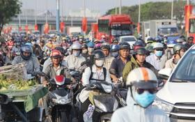 Sài Gòn ùn tắc khắp các ngả đường, Hà Nội vắng vẻ do người dân tranh thủ về quê ăn Tết từ trước
