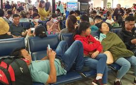 Nỗi ám ảnh chiều 30 Tết ở sân bay Tân Sơn Nhất: Nhiều chuyến bay delay, hàng ngàn người nằm vật vờ chờ đợi