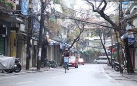 Có một Hà Nội yên bình đến lạ sáng mùng 1 Tết: Xe cộ vắng hoe, đường phố sạch bóng sau cơn mưa tầm tã tối giao thừa