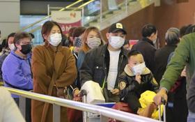 """Sân bay Nội Bài chật kín người sau kỳ nghỉ Tết, khẩu trang trở thành """"vật bất ly thân"""" giữa thời điểm virus corona đe doạ"""
