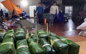 Hà Nội: Người dân La Phù thức thâu đêm nấu hàng nghìn chiếc bánh chưng gửi đồng bào miền Trung chống lũ