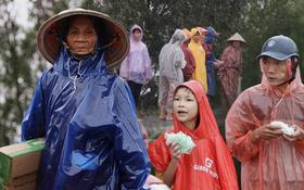 Xót xa cảnh người dân Quảng Bình dầm mưa lạnh, đứng từng tốp bên quốc lộ để xin hàng cứu trợ vượt qua cơn đói trong trận lũ lịch sử
