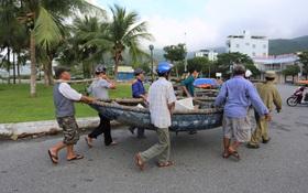 Người dân Đà Nẵng chằng chống nhà cửa, tất bật ứng phó bão số 9 đang sầm sập tiến vào đất liền