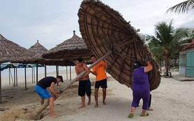 Bão số 9 giật cấp 17 sắp đổ bộ đất liền: Người dân Quảng Nam, Quảng Ngãi gấp rút chằng chống nhà cửa, di tản người già trẻ nhỏ đến nơi an toàn