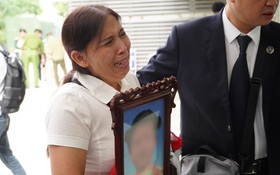 Xét xử mẹ đẻ và cha dượng bạo hành con gái 3 tuổi đến chết: Bà ngoại ôm di ảnh cháu bật khóc trước toà