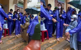 Thực hư việc Thuỷ Tiên trao tiền từ thiện ở Quảng Bình, cán bộ đến từng nhà thu lại