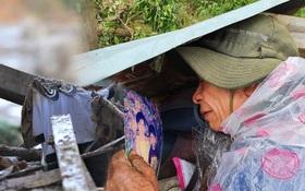 """Ông lão lục tìm tấm ảnh gia đình tại hiện trường vụ lở núi ở Trà Leng: """"Cả nhà 8 người, con cháu của tôi chết hết rồi..."""""""