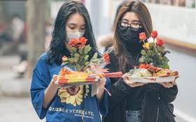 Chùa Hà đến hẹn lại lên: Các bạn trẻ đeo khẩu trang rủ nhau đi cầu duyên ngày Valentine