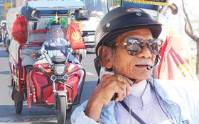 """Chuyện cụ ông Sài Gòn mỗi ngày chạy xe 50km """"bán"""" quần áo giá... 0 đồng"""