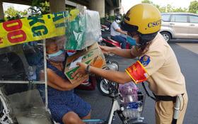 CSGT TPHCM tặng quà hỗ trợ người nghèo trong mùa dịch Covid-19