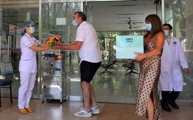 Bệnh nhân Covid-19 thứ 57 khỏi bệnh, tặng hoa và cúi đầu cảm ơn bác sĩ bằng tiếng Việt