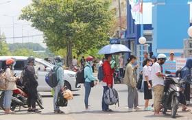 Hàng trăm sinh viên đội nắng, lỉnh kỉnh đồ đạc quay trở lại KTX ĐHQG TP.HCM sau kỳ nghỉ dài gần 4 tháng