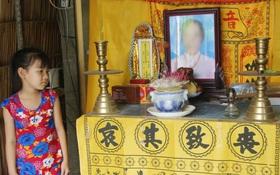 Bố mất được 2 năm thì mẹ qua đời, đứa trẻ 7 tuổi côi cút bên bàn thờ đợi anh chị đi làm thuê kiếm tiền về trả nợ