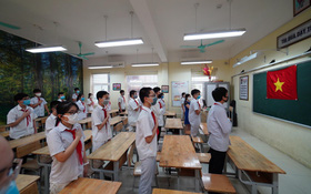 Chùm ảnh độc đáo: Lần đầu tiên, những tiết chào cờ đầu tuần diễn ra ngay trong lớp học