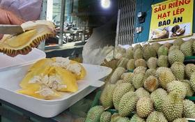 """Sầu riêng """"bao ăn"""" chất đống khắp vỉa hè Sài Gòn với giá siêu rẻ chỉ 50.000 đồng⁄kg: """"Gặp hạn mặn nên bán được đồng nào hay đồng đó!"""""""