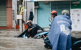 Ảnh: Đường Sài Gòn ngập lút bánh xe khi mưa lớn, người dân té ngã sõng soài