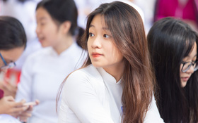 Dàn nữ sinh cực xinh THPT Nguyễn Thị Minh Khai trong lễ bế giảng: Đẹp trong trẻo không tì vết!