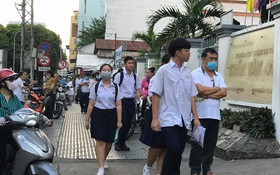 Thi lớp 10 ở TP.HCM ngày đầu tiên: Hết giờ làm bài môn Ngữ văn, ùn tắc giao thông trước cổng trường vì cha mẹ đón con