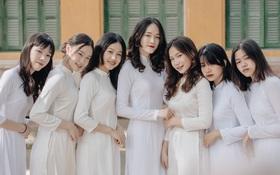 Học trò Chu Văn An (Hà Nội) bịn rịn chia tay trong lễ bế giảng cuối cùng của đời học sinh