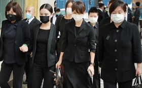 """Tang lễ trùm sòng bạc Macau ngày 2: Bà Ba và 2 ái nữ """"thiên tài Hong Kong"""" thẫn thờ, Đậu Kiêu tháp tùng bạn gái tiểu thư"""