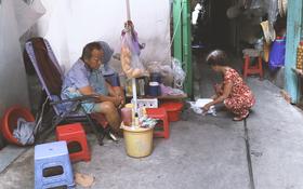"""Vợ điếc, chồng mù sống trong căn nhà 1m2 giữa Sài Gòn: """"Bây giờ có tiền, vào viện cũng không ai chăm nuôi..."""""""