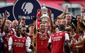 """""""Chiến binh báo đen"""" Aubameyang tỏa sáng rực rỡ giúp Arsenal vô địch giải đấu lâu đời nhất thế giới"""