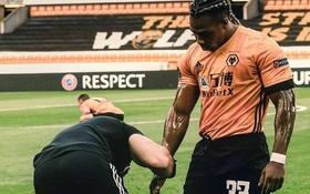 """""""Lực sĩ"""" làng bóng đá sử dụng chiêu độc khiến đối thủ không thể theo kèm"""