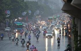 Hà Nội mưa gió trắng trời vào giờ tan tầm, người dân vội vã về nhà để tránh ùn tắc