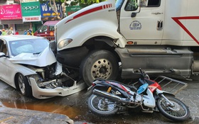 TP.HCM: Kinh hoàng container lao qua dải phân cách, tông nát chiếc BMW và cuốn nhiều xe máy vào gầm