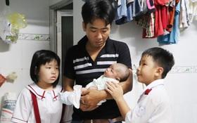 """Vợ mất sau khi sinh, chồng chết lặng ôm 4 đứa con khờ dại: """"Mẹ con không về nữa đâu"""""""