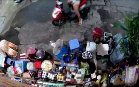 Truy xét người phụ nữ nghi chở con dàn cảnh trộm tiền của cụ bà bán tạp hoá ở Sài Gòn