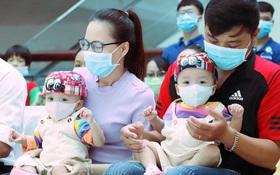 ẢNH: Chị em Trúc Nhi - Diệu Nhi ngồi ngoan ngoãn vỗ tay theo nhạc, đón Trung thu cùng các bạn trong bệnh viện
